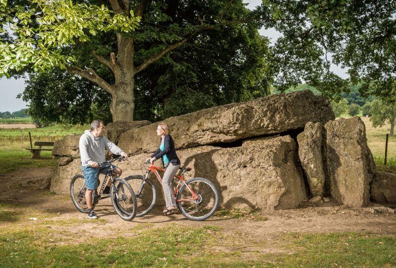 Dolmen van Wéris met fietsers