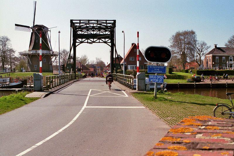 Garnwerd: entree met brug en molen