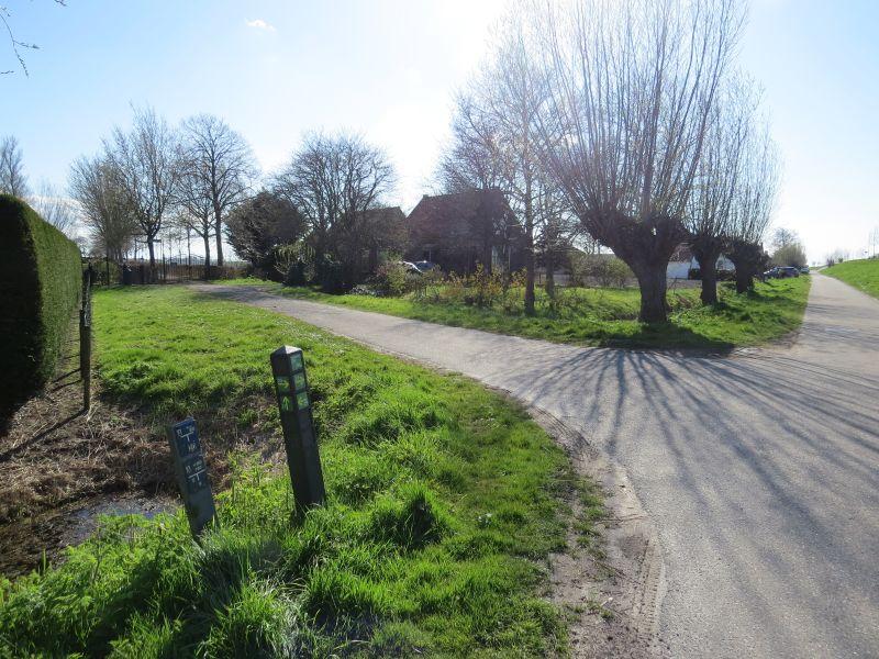 Zonnemaire knooppunt 28. Hier kunt u even naar links afslaan richting begraafplaats. Daarna weg vervolgen naar knooppunt 27