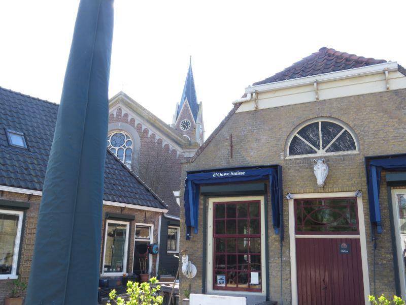 Zonnemaire: de kerk 'Beata Maria de Dolores' ligt achter de Ouwe Smisse