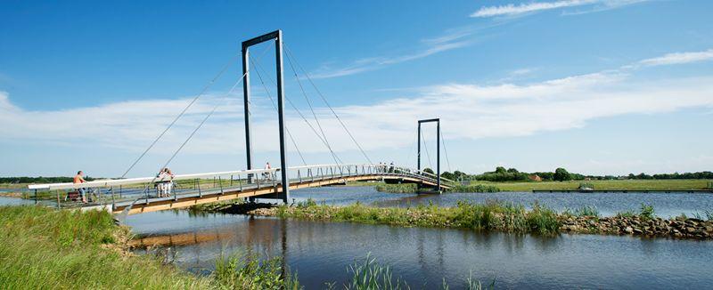 Fietsbrug bij Oostwold in Blauwe stad