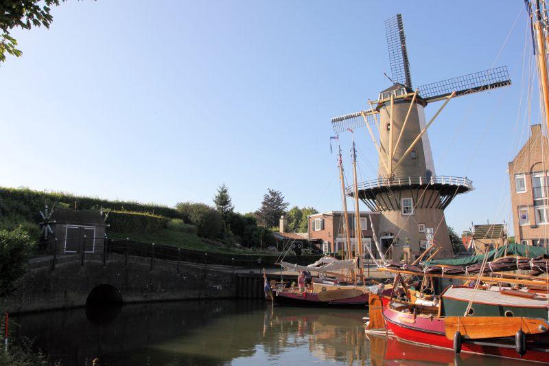 Spuisluis binnenhaven met molen