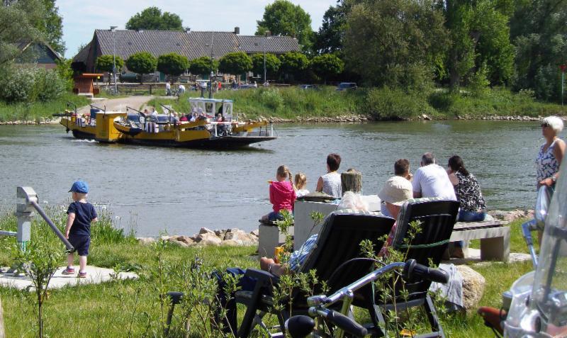 IJssel met pontveer bij Bronkhorst