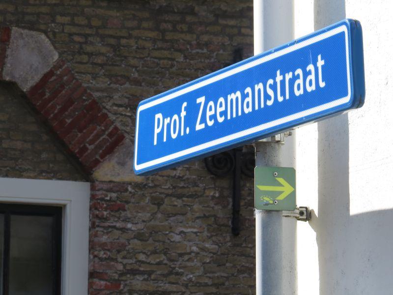 Volg de route bij de Prof. Zeemanstraat (ga eerst langs de kerk en kom dan langs dit bordje)